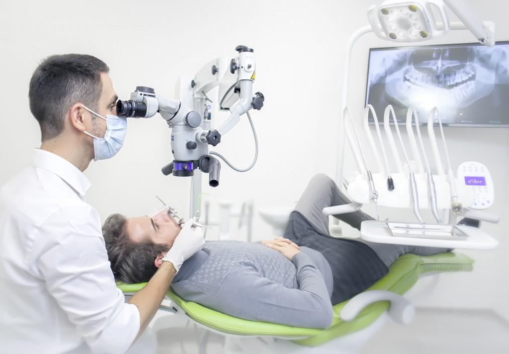 Ošetření zubních kanálků mikroskopem